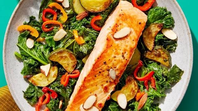 Σολομός με ψητά λαχανικά: Μια υγιεινή επιλογή για το τραπέζι σας