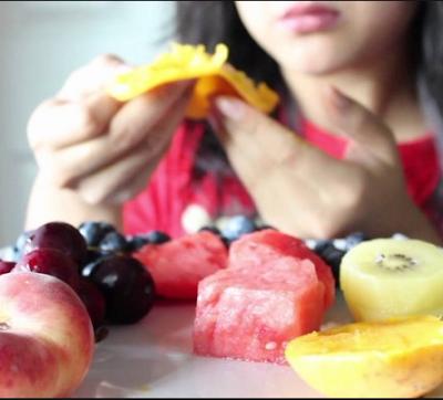 Makan buah buah segar