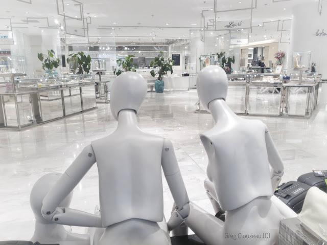 Le Printemps est actuellement fermé et nos mannequins vous attendent...