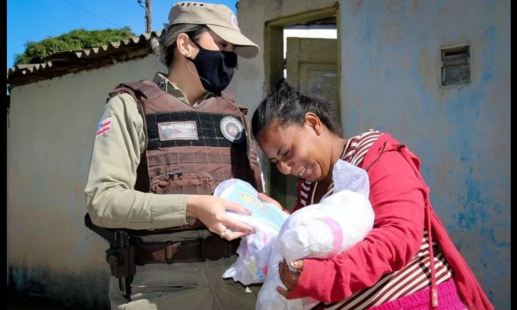 PM distribui máscaras de proteção e kits de roupas em Vitória da Conquista