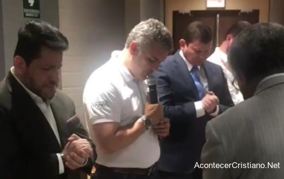 Pastores orando por Iván Duque