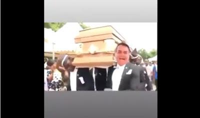 Montagem com Bolsonaro segurando alça de caixão