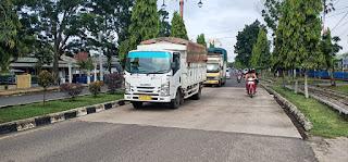 Warga Resah,Truk Angkutan Batu Bara Melintas Depan Kantor Dinas Bupati Siang Hari