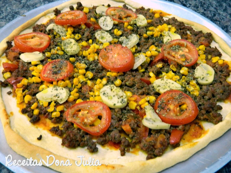 Pizza de carne com milho e champignhons
