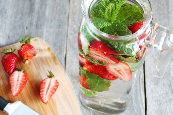how to detox with strawberry mint spa water