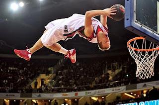 smešna slika: košarkaš pravi zakucavanje