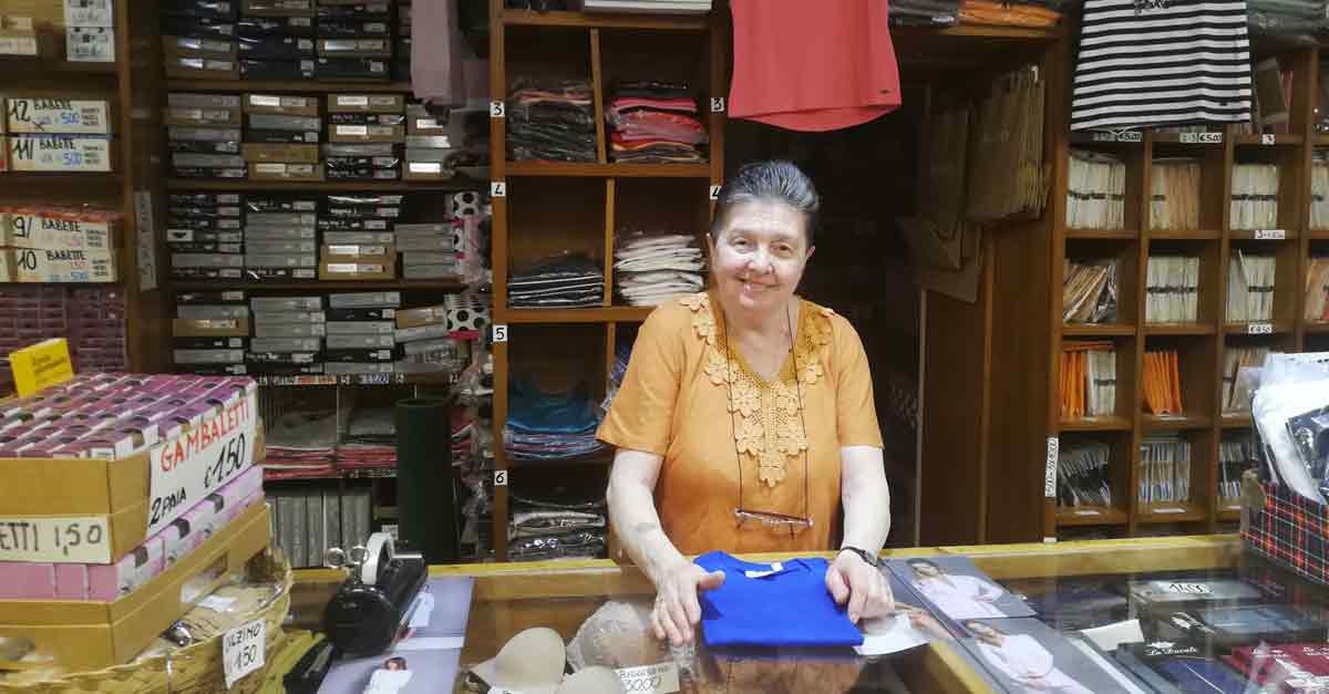 La signora Rosella Soppelsa nella sua merceria a San Canciano