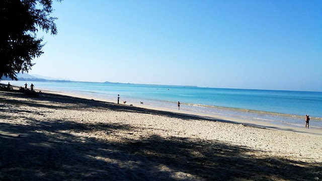 หาดบางสัก เป็นหาดเล็กๆ ตั้งอยู่ทางทิศเหนือของอุทยานแห่งชาติเขาหลัก-ลำรู่ บริเวณบ้านบางสัก และอยู่ด้านทิศใต้ติดหาดปากวีบ มีหาดทรายโค้งยาวขาวสะอาดยาว