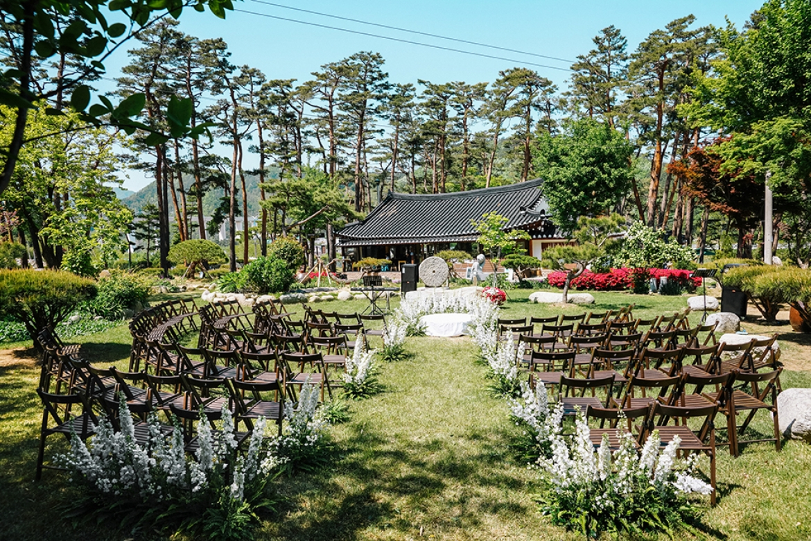 A White-themed Modern Garden Wedding At A Scenic Han-ock