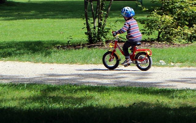 Junge fährt Fahrrad
