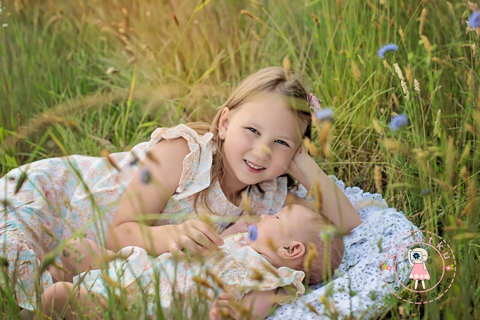 Zdjęcie noworodka z siostrą