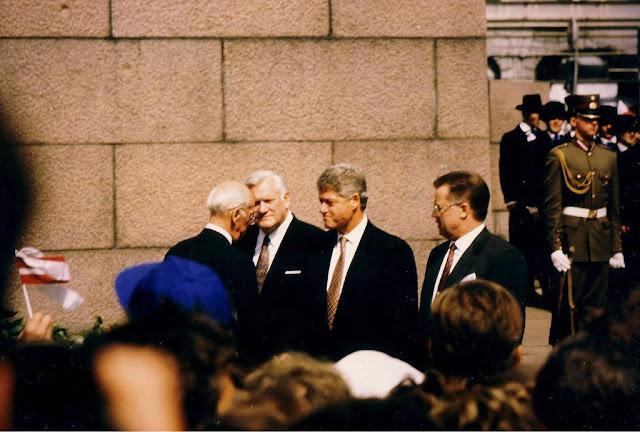 Июнь 1994 года. Бульвар Бривибас, возле монумента Свободы. Официальный визит президента США Клинтона в Ригу. Почетный караул в обновленной форме