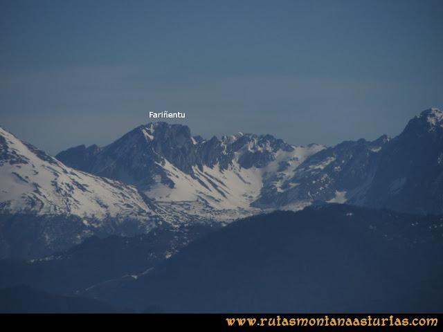 Ruta Linares, La Loral, Buey Muerto, Cuevallagar: Desde la Loral, vista del Fariñentu