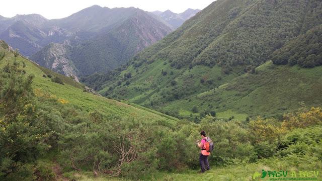 Descendiendo  por el Valle de Pandiellina hacia la Foz de los Arrudos