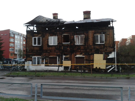 Divstāvu ēkas fasāde pēc ugunsgrēka