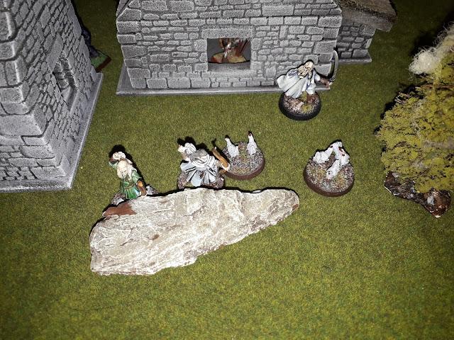 Les elfes se déploient au milieu des poulets, déterminés à protéger le site.