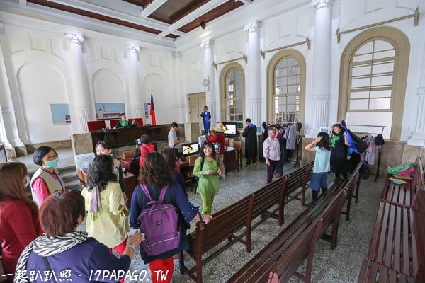 模擬法庭,旁邊有不同顏色的法袍可以試穿,看要扮演法官、檢察官還是律師,可以上法檯拍照,只開放10~40人的團體預約,每日09:30-10:30、14:30-15:30開放體驗