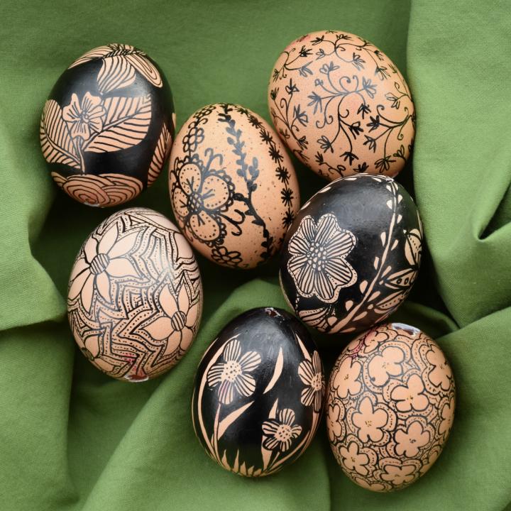 Ostereier mit Edding bemalt, schwarz-weiße Blumenmuster