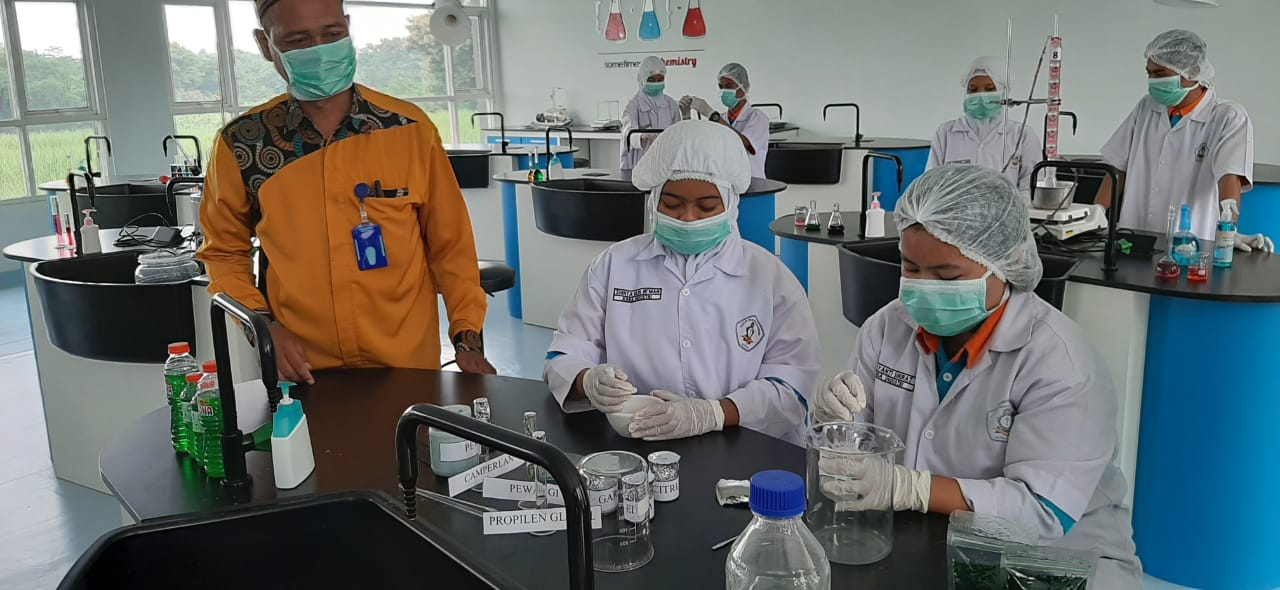 Jawab Kelangkaan  Pasar, SMK Duta Karya Kudus BUat Hand Sanitazer Sendiri
