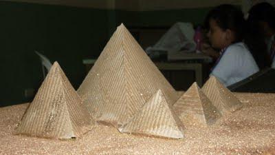 maqueta de las pirámides de Egipto en cartón