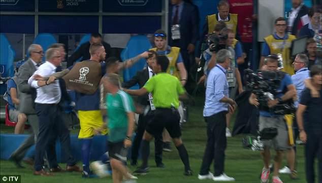 Bị khiêu khích, Thụy Điển lao vào choảng nhau với Đức 5
