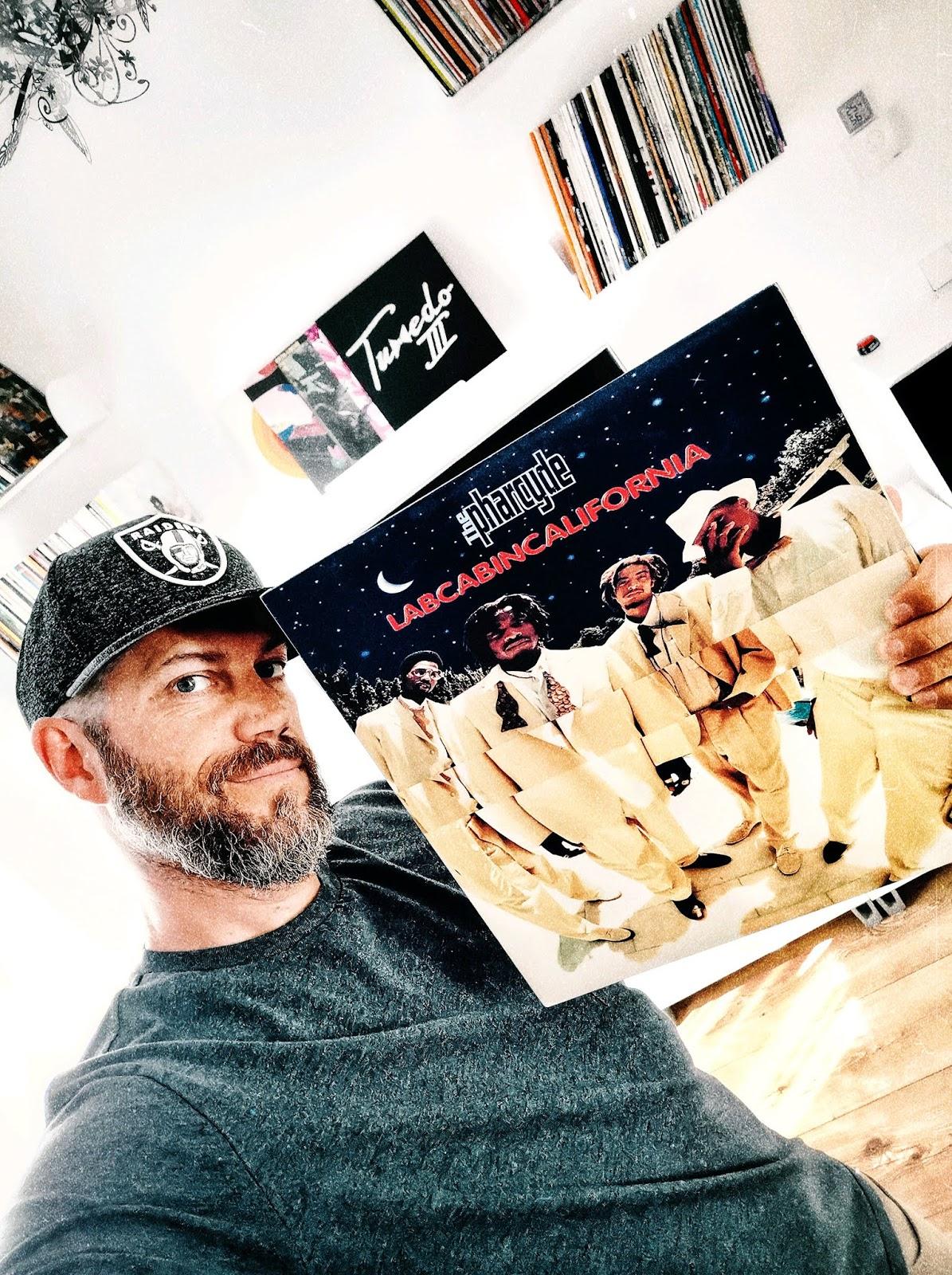 Der Blogger Jens Mahnke vom Atomlabor Blog hält das original Vinyl von The Pharcydes Labcabincalifornia in seinen Händen