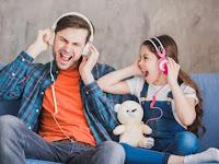 Mana yang Lebih Baik Headset atau Headphone Untuk kesehatan Anda