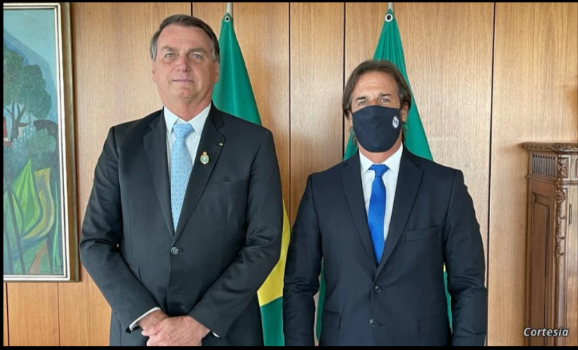 El presidente brasileño, Jair Bolsonaro, posa junto a su homólogo de Uruguay, Luis Lacalle Pou, durante la cumbre celebrada entre ambos en Brasilia, Brasil, el 3 de febrero de 2021. Foto cortesía Presidencia de Uruguay / VOA