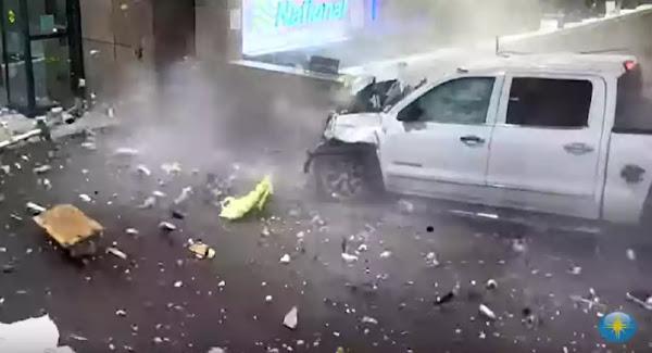 Φορτηγάκι μπουκάρει σε αεροδρόμιο και τα κάνει όλα λίμπα - Βίντεο