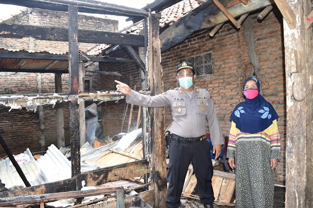 Rumah Terbakar Ludes, Janda Sebatang Kara Diungsikan Ke Rumah Dinas Kapolsek