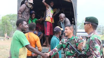 Truk Satgas Yonif MR 411/Pdw Kostrad Bantu Antar Jemput Warga Papua Nugini