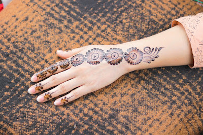 How-to-apply-henna-designs-on-hand