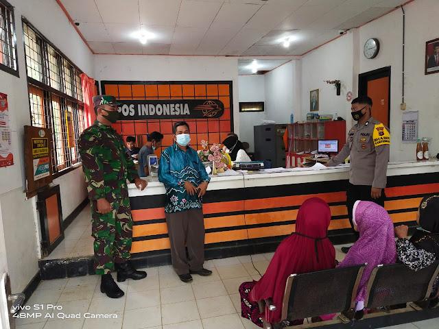 Babinsa dan Bhabinkamtibmas Lakukan Pendampingan Penyaluran BST dan Sosialisasikan Protokol Kesehatan
