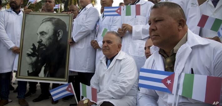 Imagen de uno de los grupos de médicos cubanos que viajaron a Italia para sumarse a la lucha contra la pandemia del coronavirus  / AP