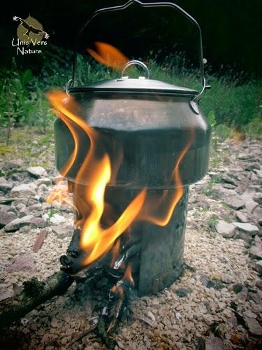 Bouilloire GSI avec 1 litre d'eau, le réchaud à bois fait maison.