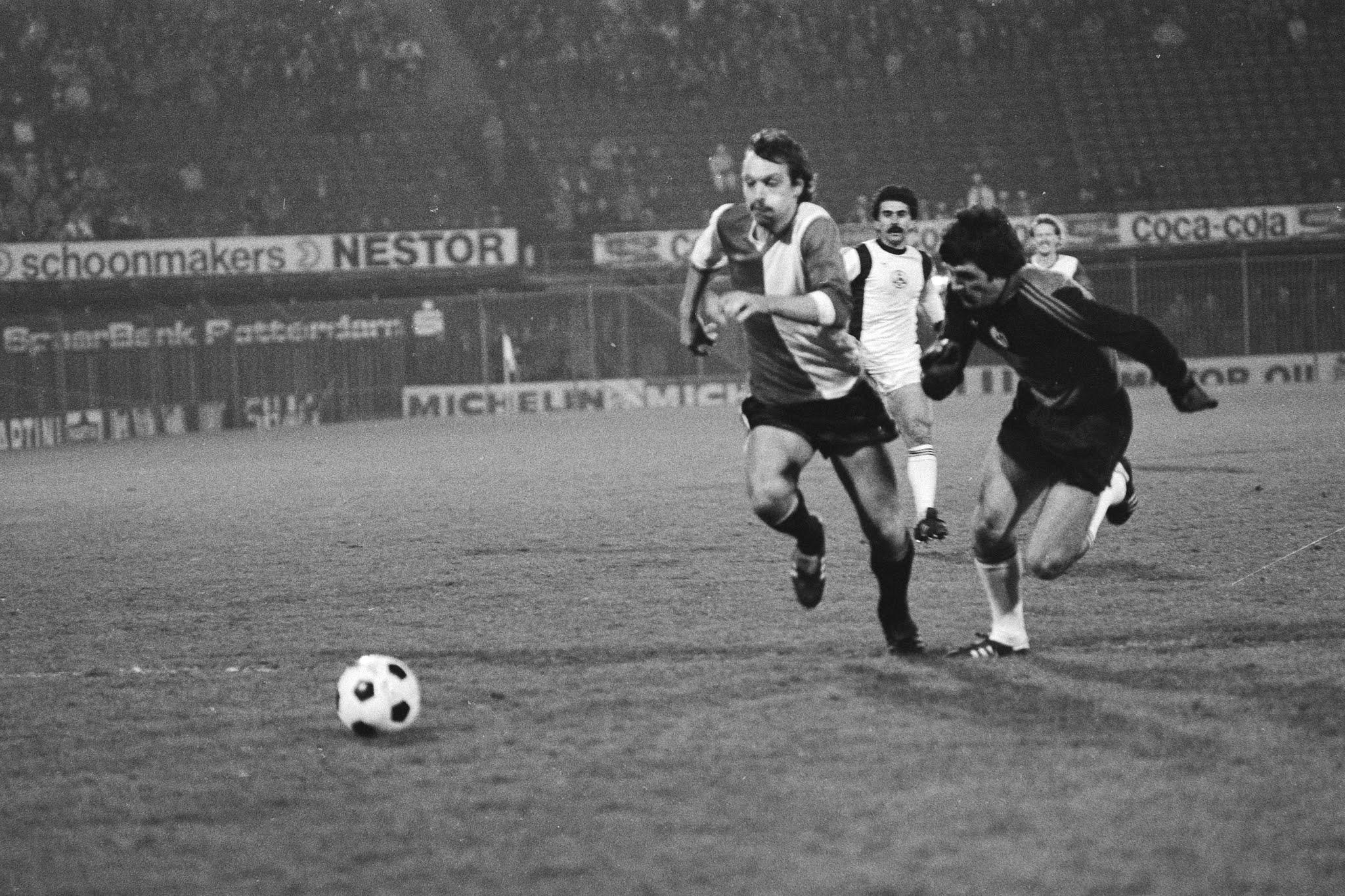 Jan van Deinsen omspeelt de keeper van Slavia Sofia en gaat scoren