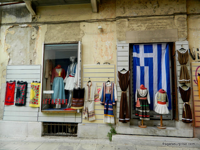 Trajes gregos em uma loja de souvenir em Monastiráki, Atenas