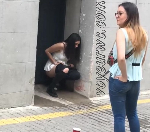 Girls Gotta Go 30 (Voyeur pee videos - Spanish girls peeing in public at festival)