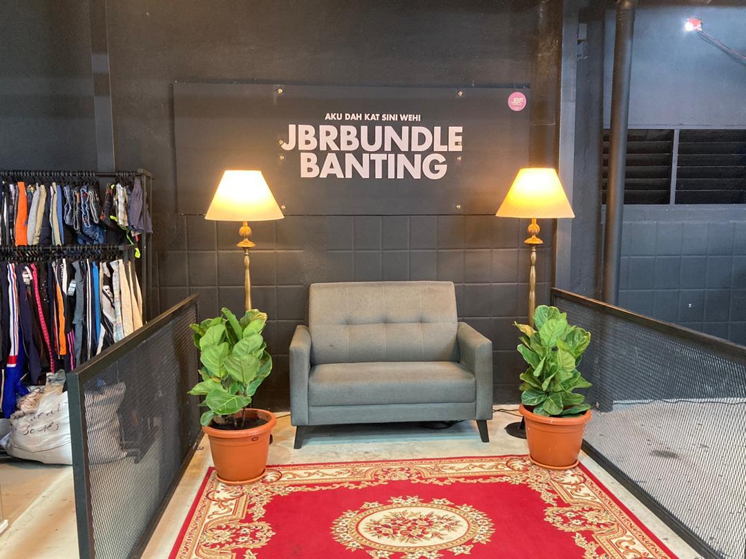 Pusat Borong Pakaian Bundle di JBR Bundle Banting! Senang Akses!