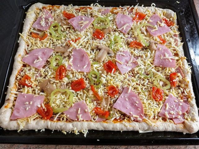 Πίτσα με την πιο εύκολη, αφράτη και τραγανή ζύμη!