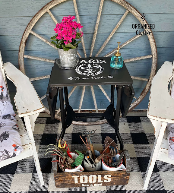 Foto de uma mesa de máquina de escrever e caixa de ferramentas pintada e estampada.