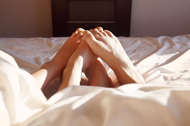 Dampak keseringan berhubungan intim 1. Sakit punggung 2. Rambut menjadi rontok 3. Dehidrasi 4. Infeksi saluran kemih 5. Memar dan luka bakar 6. Masalah pada klimaks 7. Penglihatan menurun  Berhubungan intim bisa membuat seseorang merasa senang dan rilek bagi mereka pasangan pasutri, namun tak berarti anda dapat melakukannya sesering mungkin. Ada kalanya anda membatasi hal tersebut seperti dalam 1x 24 jam anda melakukan hubungan intim tidak lebih dari 3. kali Pasalnya jika melebih, akan banyak dampak negative yang timbul dari keseringan bercinta. Di saat para ilmuwan mengungkapkan tentang manfaat berhubungan intim mulai dari memperbaiki mood, awet muda, dan menjaga kesehatan otak, hubungan intim juga memiliki sisi tidak baik bagi kesehatan.