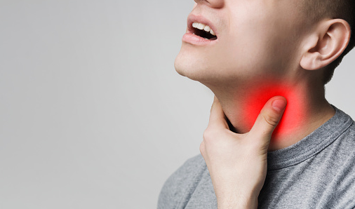 Penyakit Tiroid Pada Tubuh Manusia Pengertian Tiroid Penyakit tiroid adalah berbagai ganggaun atau masalah yang terjadi pada kelenjar tiroid. Kelenjar yang terletak di bawah jakun ini bertugas mengatur berbagai sistem metabolisme dalam tubuh sehingga peranannya sangat penting bagi kita. Kinerja kelenjar tiroid dikendalikan oleh otak. Ketika tubuh mengalami kekurangan atau kelebihan hormon tiroid, otak akan merangsang kelenjar tiroid untuk menyesuaikan kinerjanya agar kadar hormon tersebut kembali seimbang.  Penyebab Tiroid Jenis utama penyakit tiroid adalah kadar hormon tiroid yang terlalu tinggi atau rendah dalam tubuh kita. Hal ini dapat dipicu oleh berbagai faktor yang meliputi : Masalah pada kelenjar pituari di otak Kelenjar tiroid yang rusak misalnya karena pajanan radiasi Pengaruh obat litium Kadar iodin yang berlebihan dalam tubuh  Jenis-Jenis Penyakit Tiroid Penyakit tiroid dapat dikatergorikan ke dalam beberapa jenis, di antaranya adalah : Hipotiroidisme Hipotiroidisme adalah kondisi terlalu sedikitnya hormon yang diproduksi oleh kelenjar tiroid sehingga tubuh mengalami defisiensi. Kondisi ini lebih sering dialami oleh wanita (terutama lansia) dan memiliki gejala-gejala umum seperti konstipasi, kulit kering, kelelahan, kenaikan berat badan tanpa sebab jelas, serta lebih sensitif terhadap hawa dingin.  Hipertiroidisme Hipertiroidisme adalah kondisi kelenjar tiroid menghasilkan hormon tiroid yang berlebihan dalam tubuh. Penyakit ini umumnya ditandai dengan detak jantung yang cepat atau tidak beraturan, penurunan berat badan yang terjadi secara tiba-tiba meski nafsu makan meningkat, berkeringat, gugup, serta cemas.  Penyakit Gondok Penyakit gondok adalah pembengkakan kelenjar tiroid yang umumnya menyebabkan benjolan pada leher. Selain benjolan yang menjadi gejala utamanya, penderita penyakit ini juga bisa mengalami perubahan suara, kesulitan bernapas dan menelan, serta rasa sesak pada tenggorokan.  Nodul Tiroid Nodul tiroid adalah benjolan padat atau berisi ai