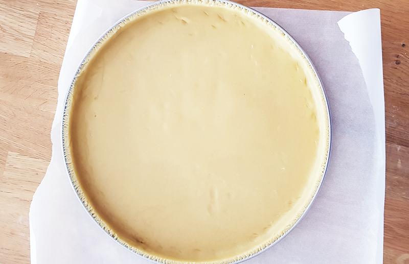 Pâte sucrée abaissée et foncée dans le cercle à tarte