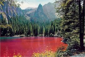 Tovel: un lago alpino, rosso