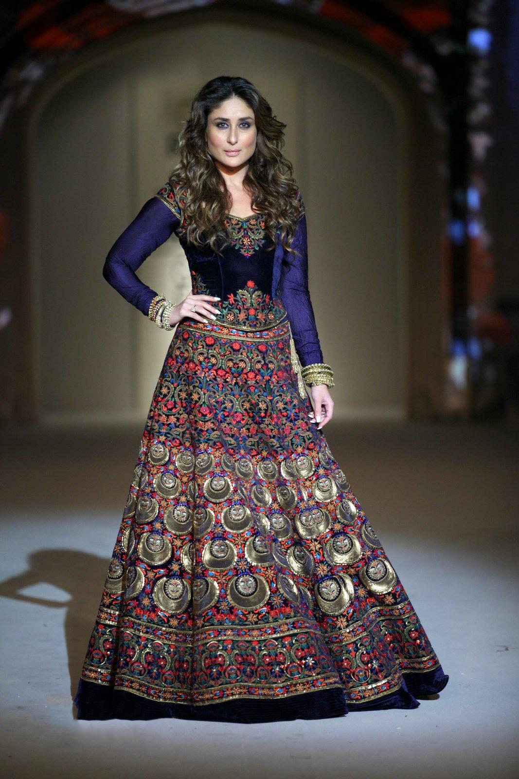 Kareena Kapoor Funny Photos In Blue Dress