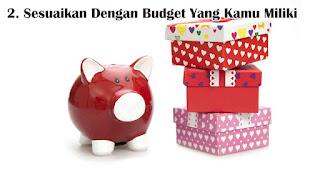 Sesuaikan Dengan Budget Yang Kamu Miliki merupakan  salah satu tips jitu pilih hadiah natal berkesan untuk sahabat