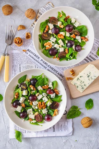 Sałatka z winogronami, orzechami i serem