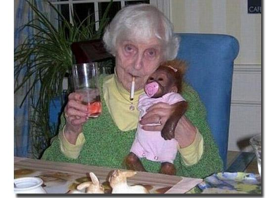 As fotos mais estranhas e inexplicáveis de todos os tempos - parte 2 - Senhorinha com macaco.jpg