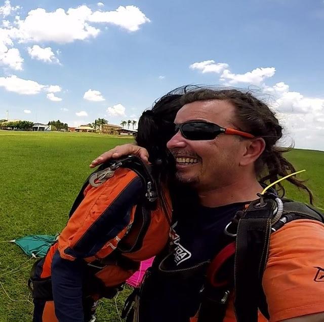 mulher e instrutor de paraquedismo se abraçando
